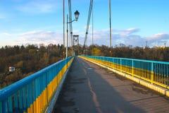 Silhueta dos povos que viajam através da ponte foto de stock