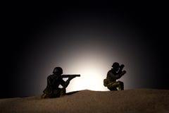 Silhueta dos soldados em um fundo escuro Imagens de Stock Royalty Free
