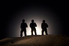 Silhueta dos soldados em um fundo escuro Imagem de Stock Royalty Free