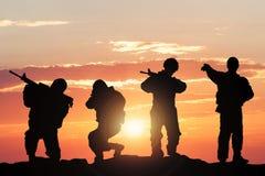 Silhueta dos soldados no campo de batalha Fotos de Stock