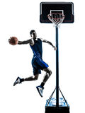 Silhueta dunking de salto caucasiano do jogador de basquetebol do homem Fotografia de Stock