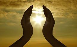 Silhueta e sol da mão Fotografia de Stock