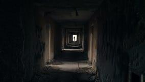 Silhueta em um túnel do metro Luz na extremidade do túnel filme