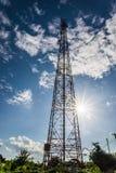 Silhueta em uma transmissão da antena torre no sol com bonito justo Foto de Stock