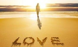Silhueta fêmea na praia imagem de stock royalty free