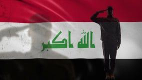 Silhueta iraquiana do soldado que sauda contra a bandeira nacional, recruta orgulhoso, exército video estoque