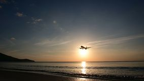 silhueta 4K da aterrissagem de avião no aeroporto com vista para o mar vídeos de arquivo