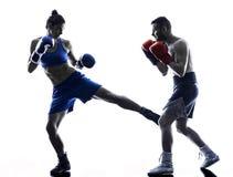Silhueta kickboxing do homem do encaixotamento do pugilista da mulher fotos de stock