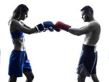 Silhueta kickboxing do homem do encaixotamento do pugilista da mulher isolada foto de stock
