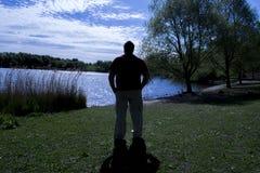 Silhueta masculina da solidão foto de stock