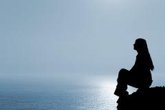 Silhueta Meditating da mulher imagens de stock royalty free