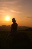 Silhueta na montanha no por do sol Fotos de Stock Royalty Free