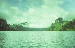 Silhueta na opinião do nascer do sol, da silhueta da montanha com céu e na nuvem Foto de Stock