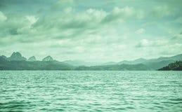 Silhueta na opinião do nascer do sol, da silhueta da montanha com céu e na nuvem Fotografia de Stock Royalty Free