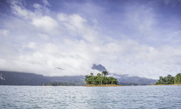Silhueta na opinião do nascer do sol, da silhueta da montanha com céu e na nuvem Imagens de Stock