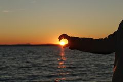 Silhueta na praia no por do sol imagem de stock royalty free