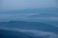 Silhueta nevoenta das grandes montanhas fumarentos imagens de stock royalty free