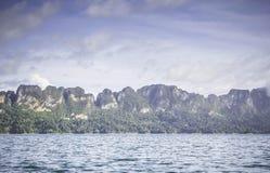 Silhueta no nascer do sol, opinião da silhueta da montanha com céu Imagens de Stock