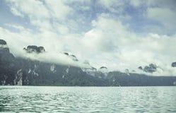 Silhueta no nascer do sol, opinião da silhueta da montanha com céu Fotos de Stock Royalty Free