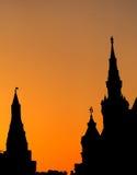 Silhueta no tempo do por do sol de construções góticos do estilo Imagens de Stock Royalty Free