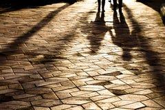 Silhueta obscura da sombra de um passeio dos pares Foto de Stock Royalty Free