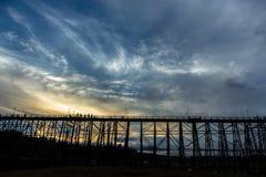 Silhueta preta da ponte de madeira foto de stock