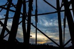 Silhueta preta da ponte de madeira fotografia de stock royalty free