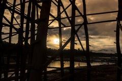 Silhueta preta da ponte de madeira imagem de stock royalty free
