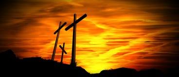 Silhueta preta de três cruzes no por do sol fotos de stock royalty free