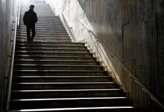 Silhueta que anda abaixo das escadas Fotos de Stock Royalty Free