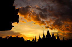 Silhueta tailandesa antiga do templo no fundo crepuscular do céu Imagem de Stock