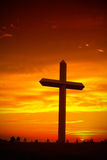 Silhueta transversal cristã durante o por do sol Fotos de Stock