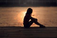 Silhueta triste da mulher preocupada fotografia de stock
