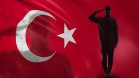 Silhueta turca do soldado que sauda contra a bandeira nacional, recrutamento do exército filme