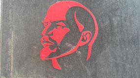 Silhueta vermelha de Lenin no vidro fotografia de stock