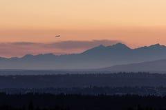 Silhuetas azuis das montanhas durante o por do sol dourado Imagem de Stock Royalty Free