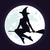 Silhuetas da bruxa no cabo de vassoura e na lua Fotografia de Stock Royalty Free