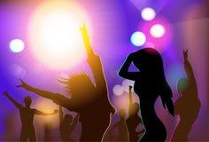 Silhuetas da dança da multidão dos povos do clube noturno Imagem de Stock