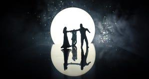 Silhuetas da dança dos pares do brinquedo sob a lua na noite Figuras do homem e da mulher na dança do amor no luar Imagens de Stock