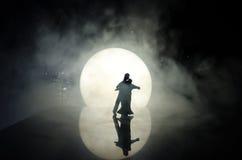 Silhuetas da dança dos pares do brinquedo sob a lua na noite Figuras do homem e da mulher na dança do amor no luar Fotografia de Stock Royalty Free