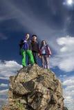 Silhuetas da equipe no pico de montanha Esporte e Imagens de Stock Royalty Free