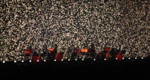 Silhuetas da fase escura concerto de rocha, partido no clube de dança, luz brilhante da fase, vida noturno Fotos de Stock