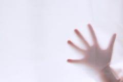 Silhuetas da mão atrás do primeiro plano da cortina Foto de Stock Royalty Free