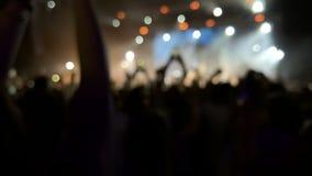 Silhuetas da multidão do concerto, movimento lento video estoque