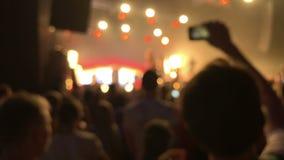 Silhuetas da multidão do concerto, movimento lento vídeos de arquivo