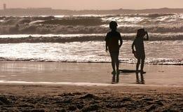 Silhuetas da praia dos miúdos Fotografia de Stock Royalty Free