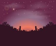 Silhuetas das construções da cidade da noite em um fundo do céu noturno e do sol de aumentação Fotos de Stock Royalty Free