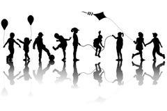 Silhuetas das crianças que jogam com um papagaio e os balões ilustração royalty free