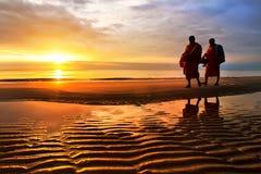 Silhuetas das monges na praia Tailândia de Hua Hin Foto de Stock Royalty Free
