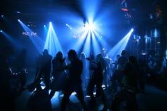 Silhuetas de adolescentes de uma dança Imagem de Stock
